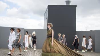Tanskalaisen muotisuunnittelijan Bitte Kai Randin luomuksia Kööpenhaminan muotiviikoilla 10. elokuuta.
