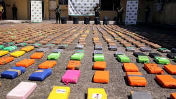 Kontista takavarikoituja kokaiinipaketteja Buenaventuran satamassa, Kolumbiassa 10. elokuuta.