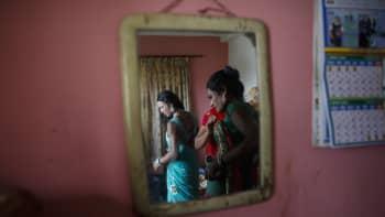 Nepalilaiset transihmiset valmistautuivat Pride-kulkueeseen Katmandussa 8. elokuuta.