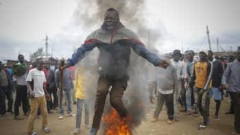 Oppositioehdokkaan Raila Odingan kannattaja hyppäsi palavan renkaan yli mielenosoituksessa Kiberan slummissa 9. elokuuta.