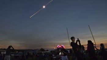 Auringonpimennyksen vaiheet taivaalla.