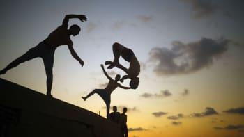 Palestiinalinuoret harjoittelevat parkouria auringonlaskun aikaan Gaza Cityssä 25. elokuuta.
