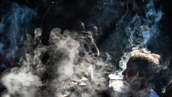Asiakas nauttimassa savukkeista ja teestä 100- vuotta vanhassa Guanyin teetalossa Pengzhenissä Kiinassa 23. elokuuta.