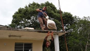 Ihmiset valmistautuivat hurrikaani Irman tuloon Turiguanossa Kuubassa muun muassa tukemalla kattorakenteita 8. syyskuuta.