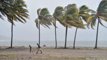 Ihmisiä Cap-Haitienin rannalla Haitilla ennen hurrikaani Irman tuloa 7. syyskuuta.