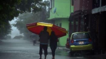 Pariskunta suojautui rankkasateelta Tecolutlassa Meksikossa juuri ennen hurrikaani Katian saapumista 8. syyskuuta.