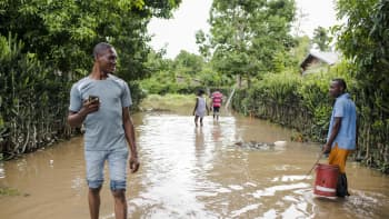 Ihmisiä tulvivalla kadulla Fort-Libertellä Haitilla Irman jälkeen 8. syyskuuta.