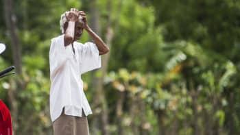 Haitilainen nainen katselee taloaan Fort-Libertessa, Haitissa hurrikaani Irman ylitettyä alueen.