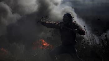 Mielenosoittaja ampuu kiviä ritsalla kohti israelilaisjoukkoja.