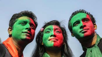 Bangladeshilaiset juhlivat 46. itsenäisyyspäivää. Bangladesh itsenäistyi Pakistanista yhdeksän kuukautta kestäneen sodan pääteeksi 16. marraskuuta 1971.