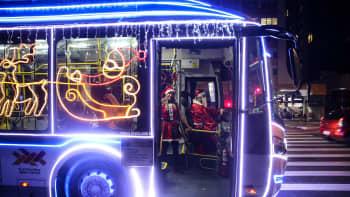 Jouluvaloilla koristeltu bussi, jota kuljetti joulupukiksi pukeutunut kuljettaja, kuvattiin Sao Paulon keskustassa 11. joulukuuta Brasiliassa.