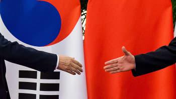Etelä-Korean presidentti Moon Jae-In (vas.) tervehtii Kiinan pääministeriä Li Keqiangia 15. joulukuuta Pekingissä.