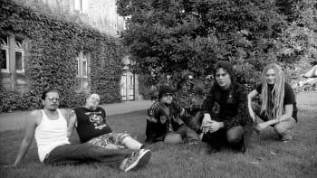 Kosketinsoittaja Zoltan Pluto, rumpali Gas Lipstick, Basisti Mige Amor, laulaja Ville Valo ja kitaristi Lily Lazer. Kuvauspaikka Moritzbastei Leipzig vuonna 2005.