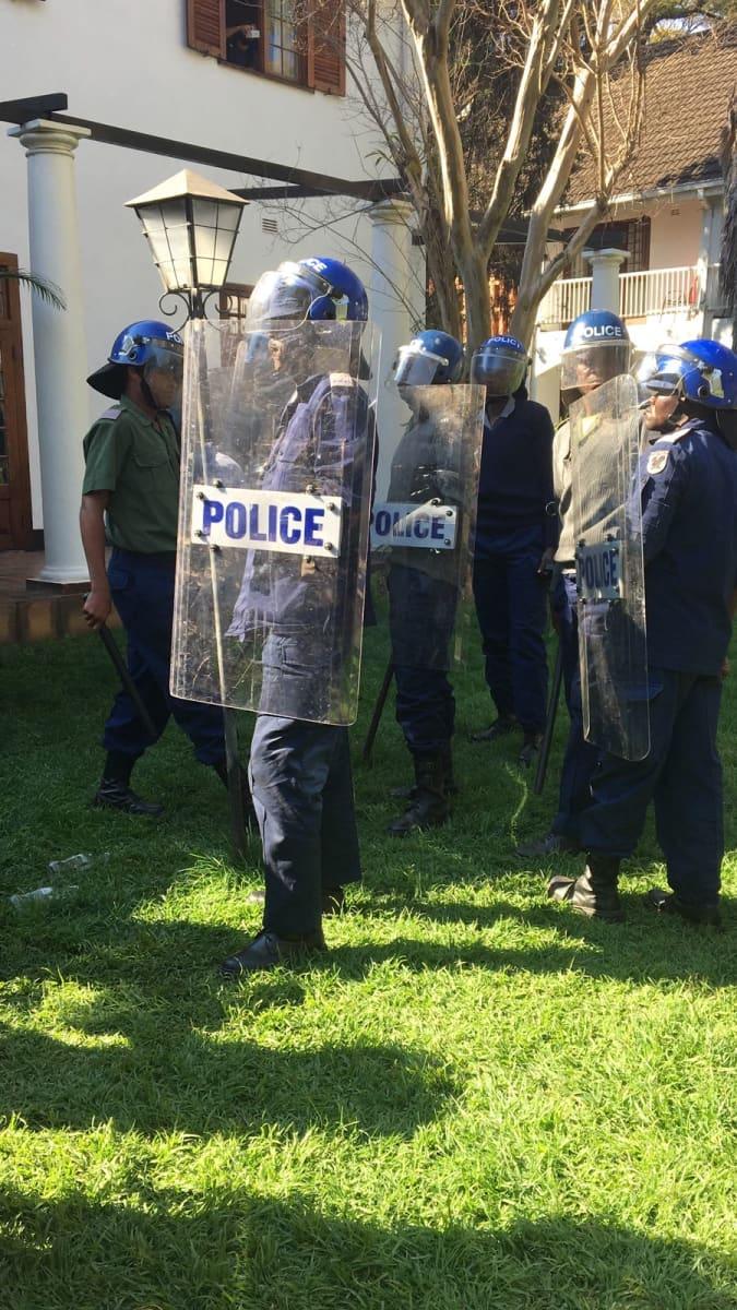 Poliiseilla oli kilvet.