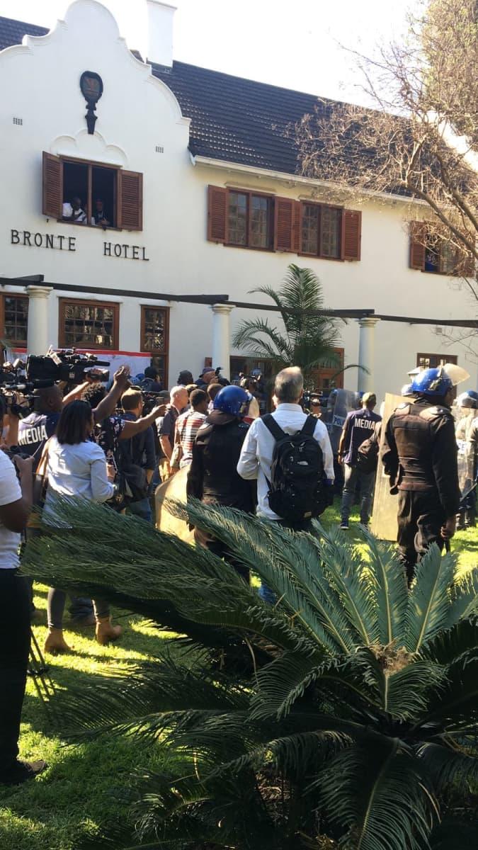 Tiedotustilaisuus oli järjestetty Bronten Hotelin pihalle.