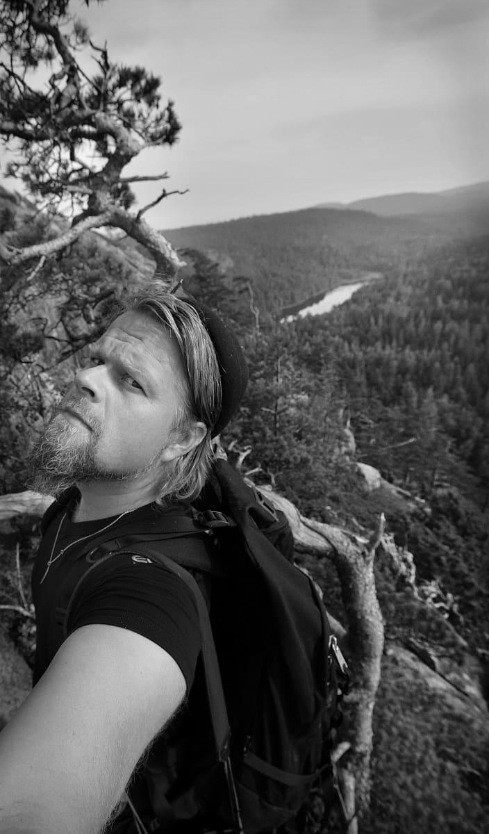 Juha Metso kiipeää Haukkavuoren seinämää Suursaaressa kesäkuussa 2007.
