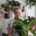 Kasviharrastaja Suvi Sysi kotonaan Maunulassa.