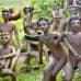 Leikkiviä lasta esittäviä patsaita Parikkalan patsaspuistossa