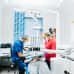 hammaslääkäri ja hoitaja paikkaavat potilaan hampaita