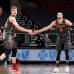 Lauri Markkanen ja Zach LaVine paiskaavat kättä kentällä.