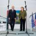 Joe Biden ja Angela Merkel mikrofonien takana.