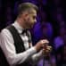 Mark Selby pohtimassa seuraavaa lyöntiä snookerpöydän ääressä.