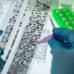 Sekvensoitu genomi muoviliuskalla tutkijan kumihansikoiduissa käsissä.