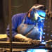Mies hitsaa Keslan Ilomantsin tehtaalla.