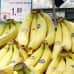 Reilun kaupan banaaneja kaupan hedelmätiskillä.