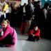 Lentomatkustaja istuu terminaalin lattialla Sofian lentokentällä Bulgariassa