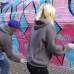 Graffittitaiteilija Hende ja Lähiöprinsessa Tanja Drca maalaavat graffittia kankaalle Kiasman edessä.