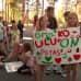 Lapset pitelevät mielenosoituskylttiä