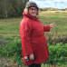Nainen seisoo pellon laidassa