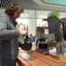 Ritva Peltola kaataa kahvia kahviossa.