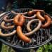 Raakamakkaroita ja grillimakkaroita grillissä.