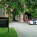 Pirkanmaan käräjäoikeuden rakennus ulkoa kuvattuna. Talon edessä poliisiauto.
