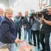 Nainen pudottaa äänestyslipun, kuvaajat kuvaavat.