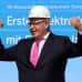Suojakypärään pukeutunut Peter Altmaier nostaa molemmat nyrkkinsä voitokkaaseen asentoon