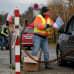 Lakkoilevat työntekijät jakoivat torstaina lehtisiä lähellä Amazonin kuljetuskeskusta Rheinbergissä, Saksassa