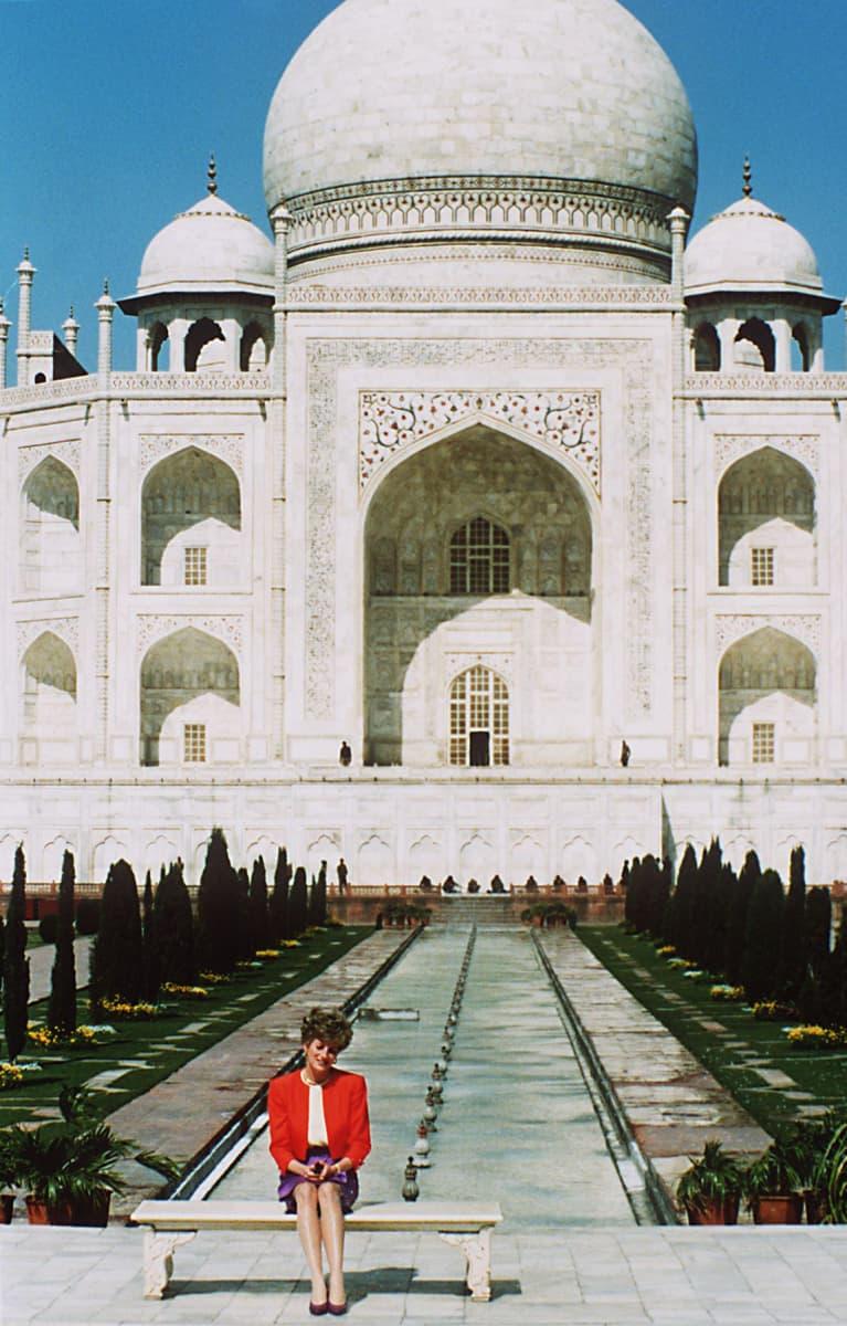 Prinsessa Diana istuu Taj Mahal -temppelin edustalla 1992.