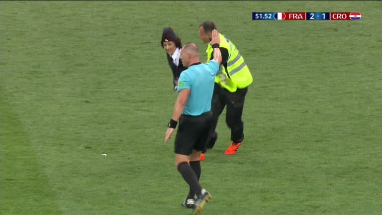 Turvatoimet pettivät jalkapallon MM-finaalissa  – punkbändi Pussy Riot pääsi ryntäämään viheriölle kesken ottelun