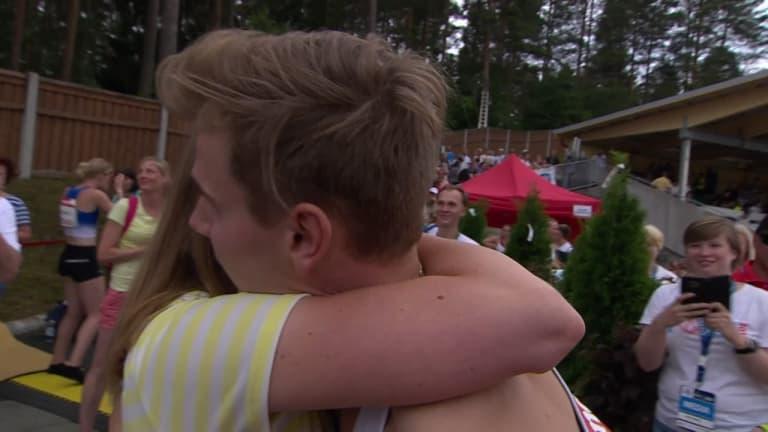 Romanttinen päätös Kalevan kisojen perjantaille – ennätyksensä juossut Elmo Lakka kosi tyttöystäväänsä heti juoksun jälkeen: