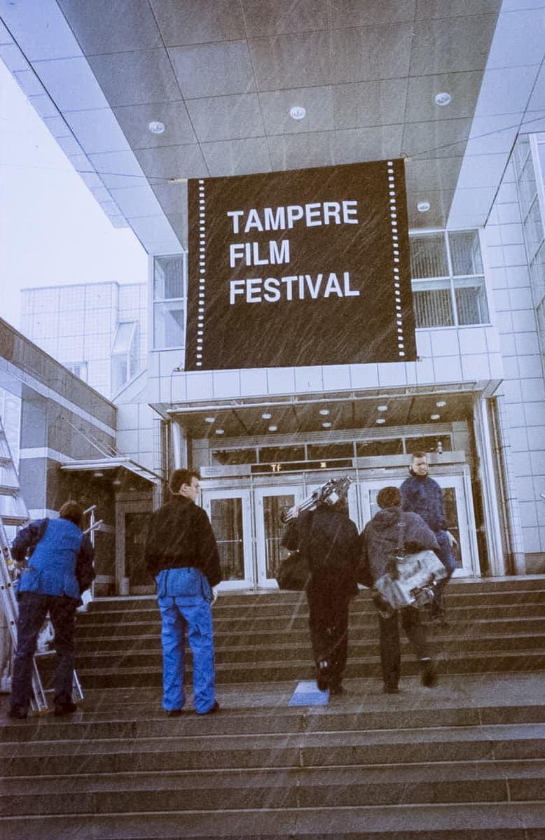 Tampere Film Festival  banderolli Tampere -talon edessä.