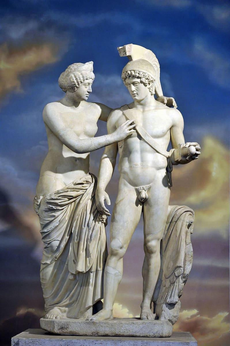 Venusta ja Marsia esittävä marmoripatsas. Restauroinnissa rakkausen jumalatar Venus sai uuden käden ja sodan jumala Mars uuden peniksen.
