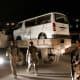 Afganistanilaiset sotilaat vartioivat pommi-iskussa tuhoutunutta pikkubussia.