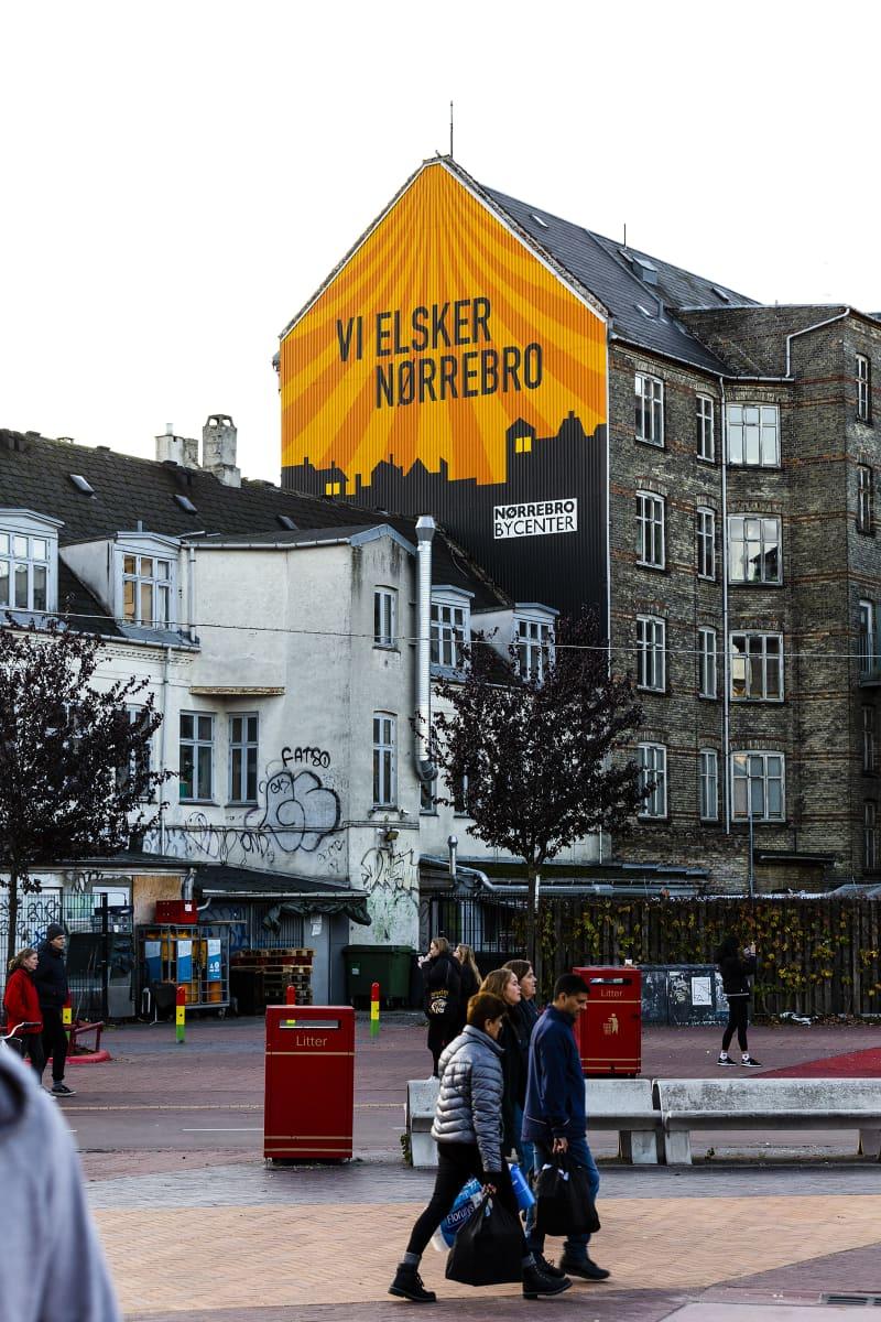 """""""Rakastamme Nørrebrota"""", lukee talon seinässä."""