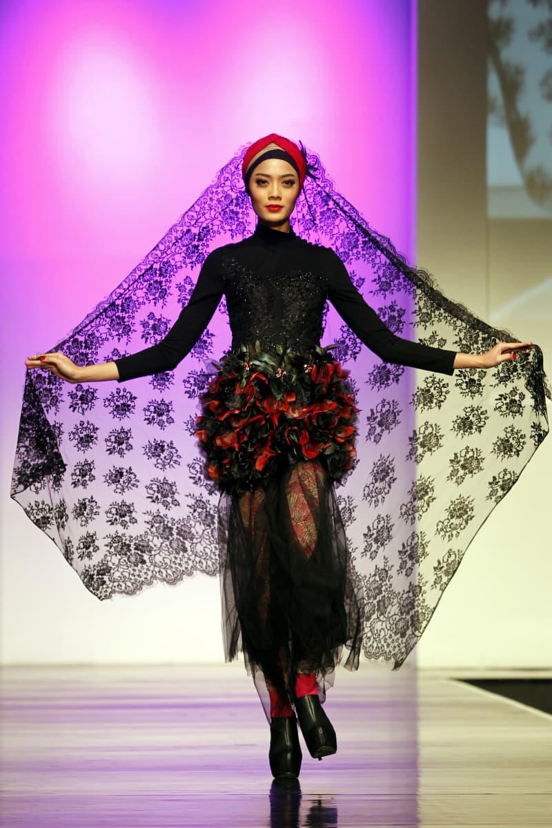 Islamilaista muotia esitellään vuosittain muun muassa Jakartan islamisilla muotiviikoilla. Kuvan malli käveli lavalla vuoden 2013 muotiesityksessä Indonesiassa.