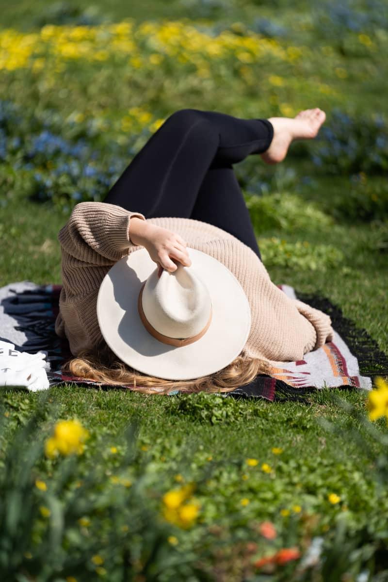 Veera Bianca ottaa aurinkoa puistossa.