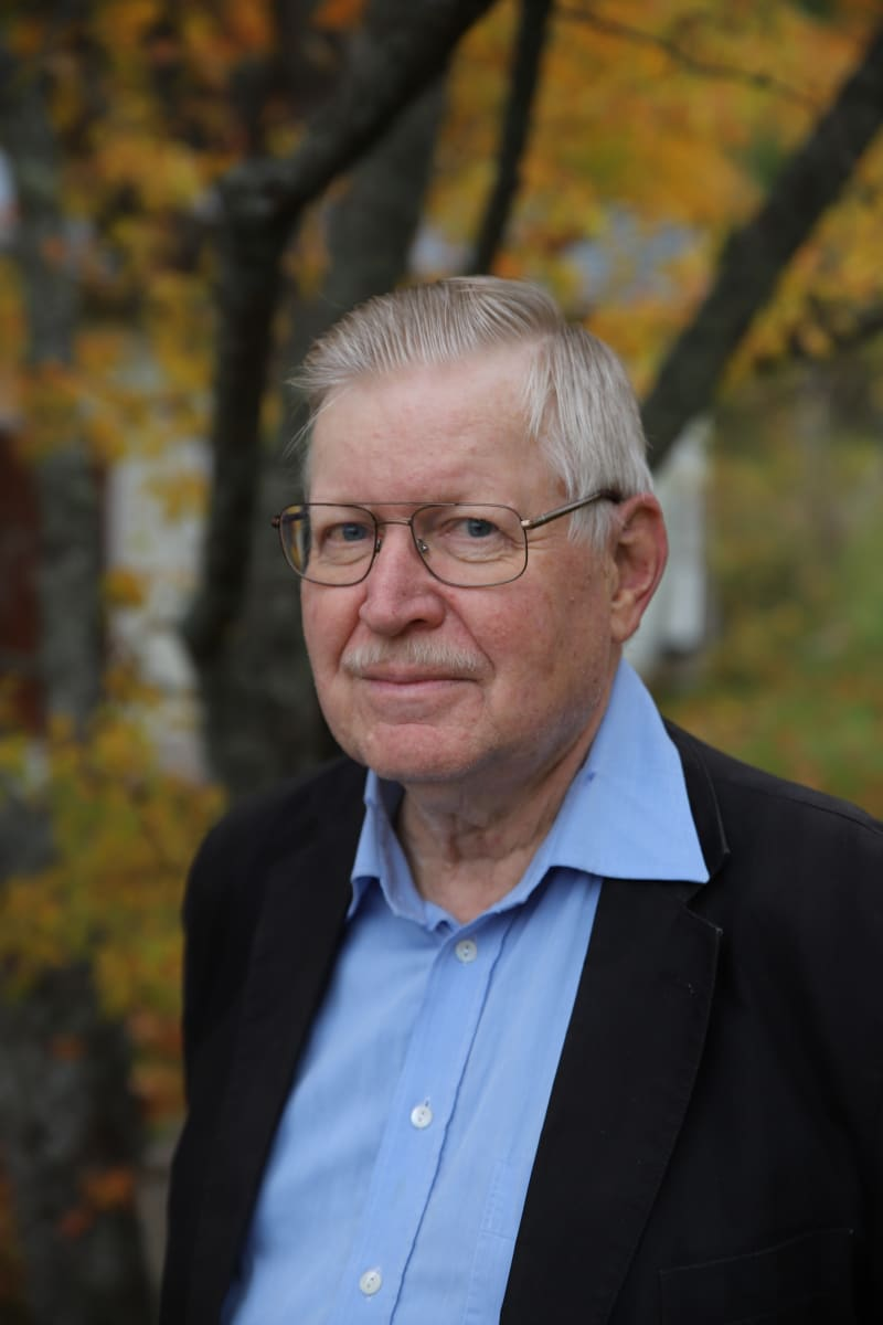 Professori Heikki Paloheimo kotipihalla syksyllä