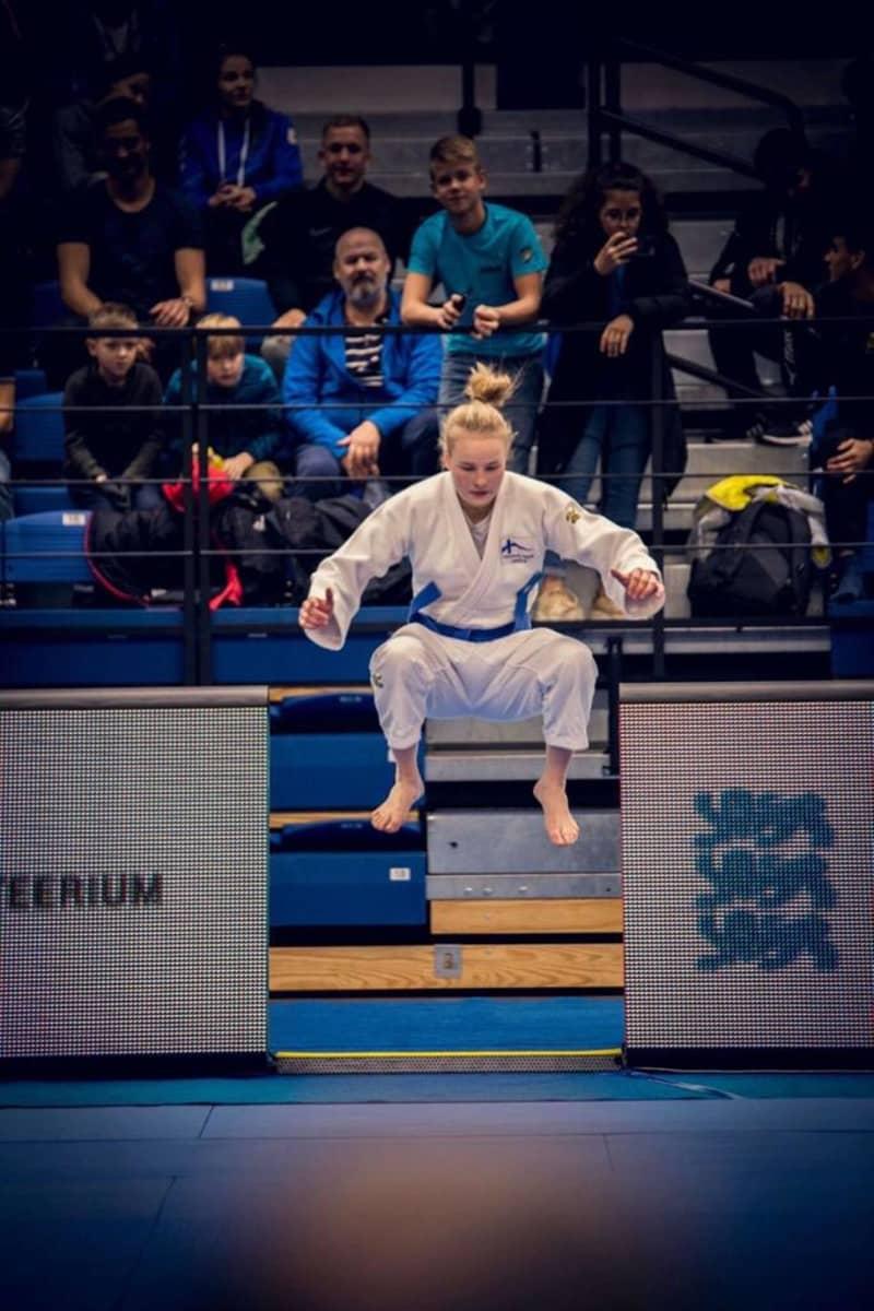 Pihla Salonen valmistautuu judo-otteluun.